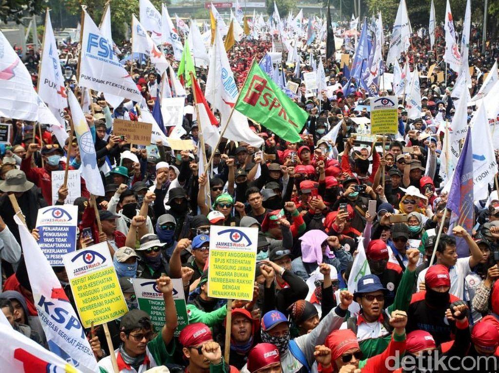 Penampakan Massa Buruh yang Demo di Depan Gedung DPR