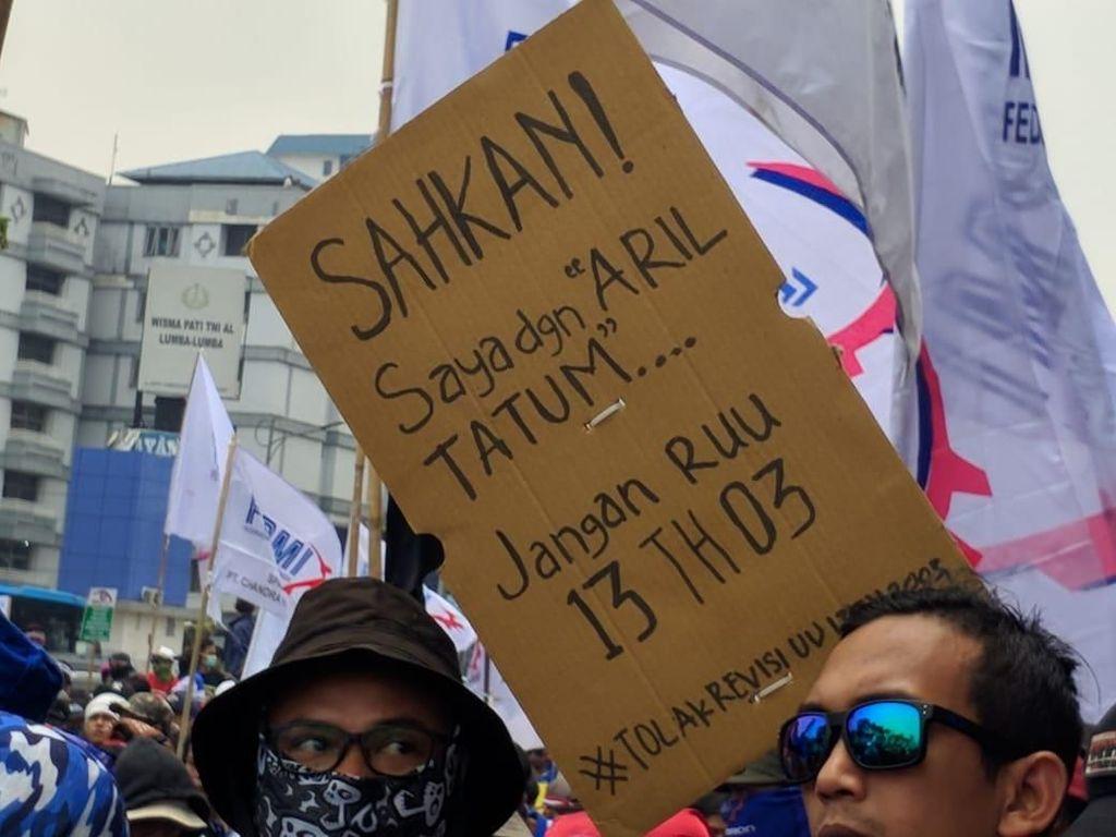 Poster Nyeleneh juga Bertebaran di Aksi Buruh Dekat DPR