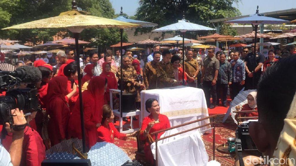 7 Momen Jokowi dan Iriana Membatik Bersama 500 Orang di Hari Batik Nasional