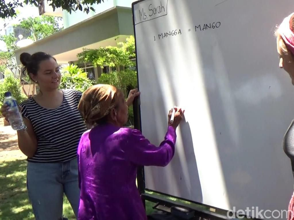 Dua Bule Cantik Ini Blusukan Ajarkan Bahasa Inggris Untuk Warga Banyuwangi