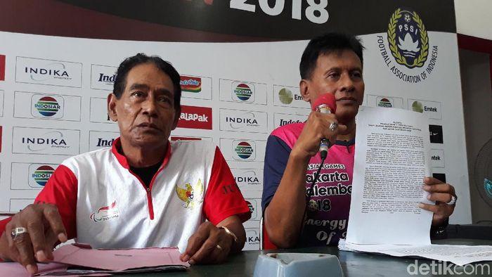 Koordinator 26 klub internal Persis Solo, Agus Saparno (kanan) dan Heri Gogor (kiri) saat jumpa pers di Balai Persis, Solo. (Foto: Bayu Ardi Isnanto/detikcom)