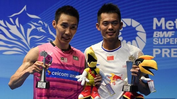 Winner Lin Dan of China (R) poses with runner-up Lee Chong Wei of Malaysia (L) on the podium during the awards ceremony following the men's singles final match at the Malaysia Open Badminton Superseries in Kuching on April 9, 2017. (Photo by MOHD RASFAN / AFP)