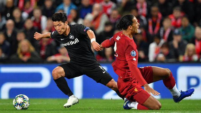 Virgil Van Dijk diperdayai oleh Hwang Hee-chan saat Liverpool vs Red Bull Salzburg. (Foto: Paul Ellis/AFP)