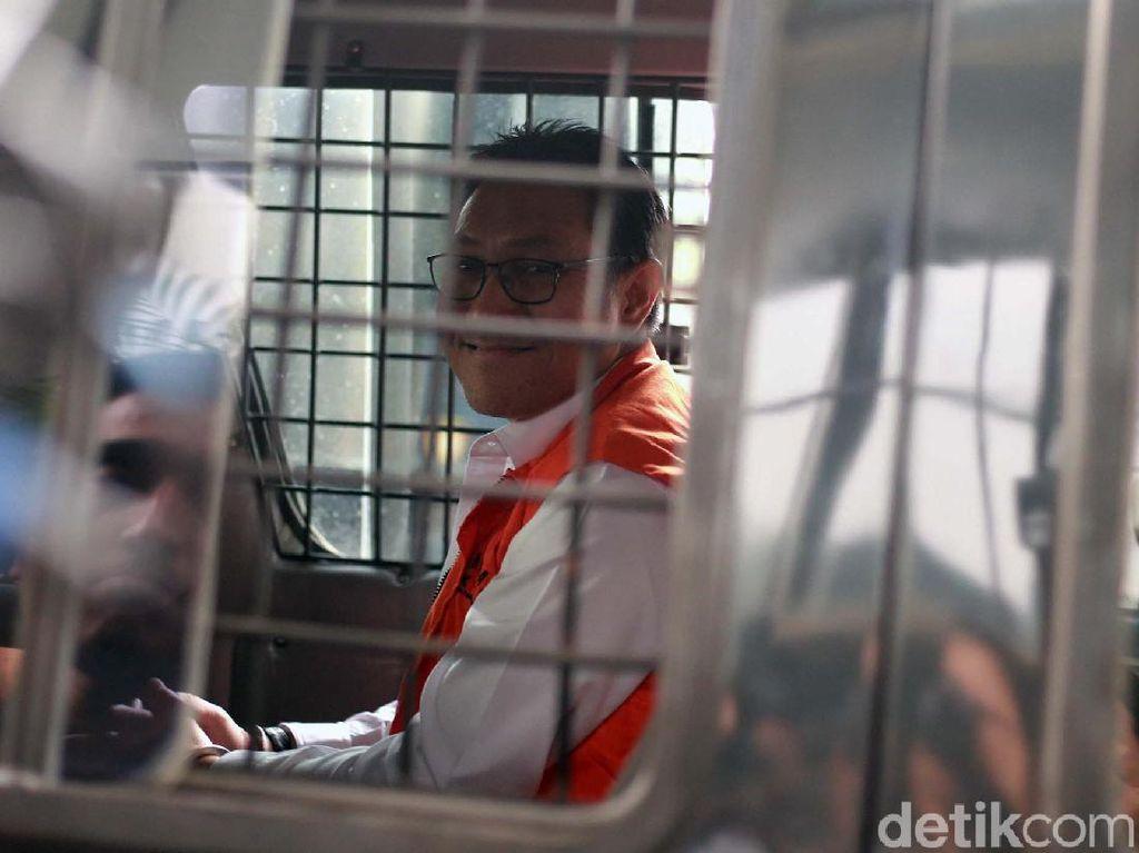 Senyum Sukiman Dari Mobil Tahanan