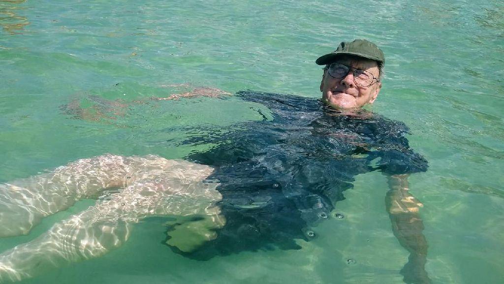 Foto: Ekspresi Kakek 93 Tahun yang Pertama Kali ke Pantai