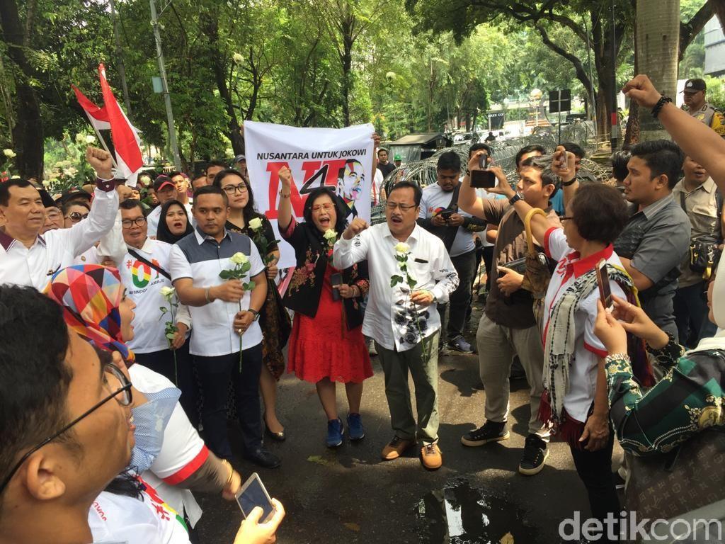 Pendukung Jokowi di Medan Datangi DPRD Sumut, Bagi-bagi Bunga