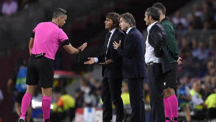Pelatih Inter Milan Antonio Conte kesal kepada wasit Damir Skomina, dalam kekalahan di markas Barcelona 1-2. (Foto: Alex Caparros / Getty Images)