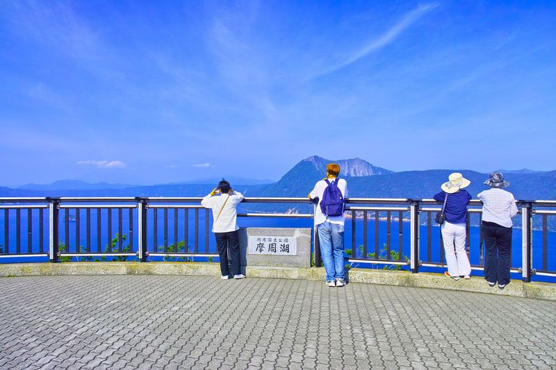 Demi menjaga kemurnian dan kebersihan danaunya, pemerintah Jepang melarang pengunjung menyentuh air danau apalagi berenang. Namun disediakan menara pandang dan spot-spot untuk melihat Danau Mashu dari ketinggian (iStock)