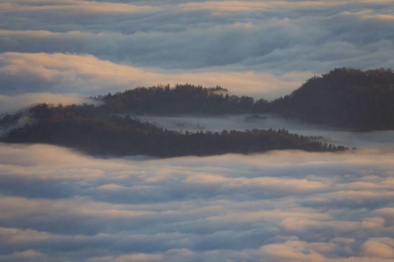 Dalam 100 hari dalam setahun, Danau Mashu diselimuti kabut. Pinggiran danaunya juga berupa tebign yang curam, sehingga mendekati permukan danaunya dinilai berbahaya buat keselamatan (iStock)