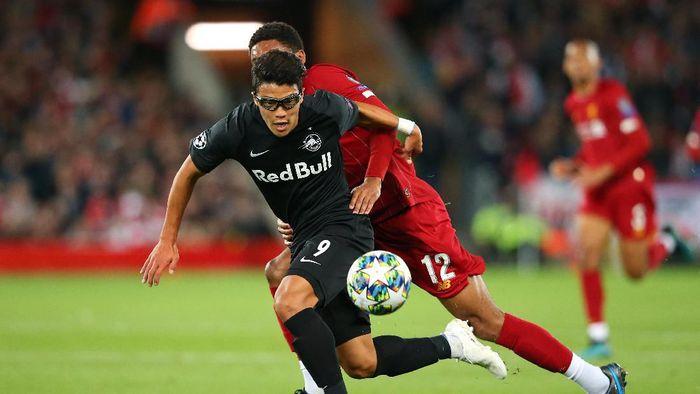 Hwang Hee-chan berhasil melesakkan gol ke gawang Liverpool. (Foto: Alex Livesey/Getty Images)