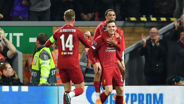Andy Robertson dan Trent Alexander-Arnold (kanan) berkontribusi besar terhadap gol-gol Liverpool. (Foto: Paul Ellis/AFP)