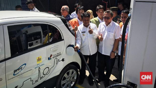 Peresmian pengisian mobil listrik melalui Pembangkit Listrik Tenaga Surya (PLTS) di Pulau Sumba Barat Daya hari ini, Kamis (3/10).