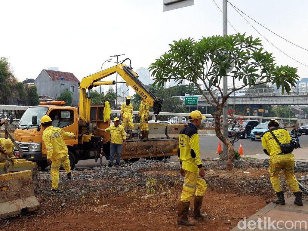 Pemprov DKI Angkut Beton Bekas Penutup Jalan Gatot Subroto Depan DPR