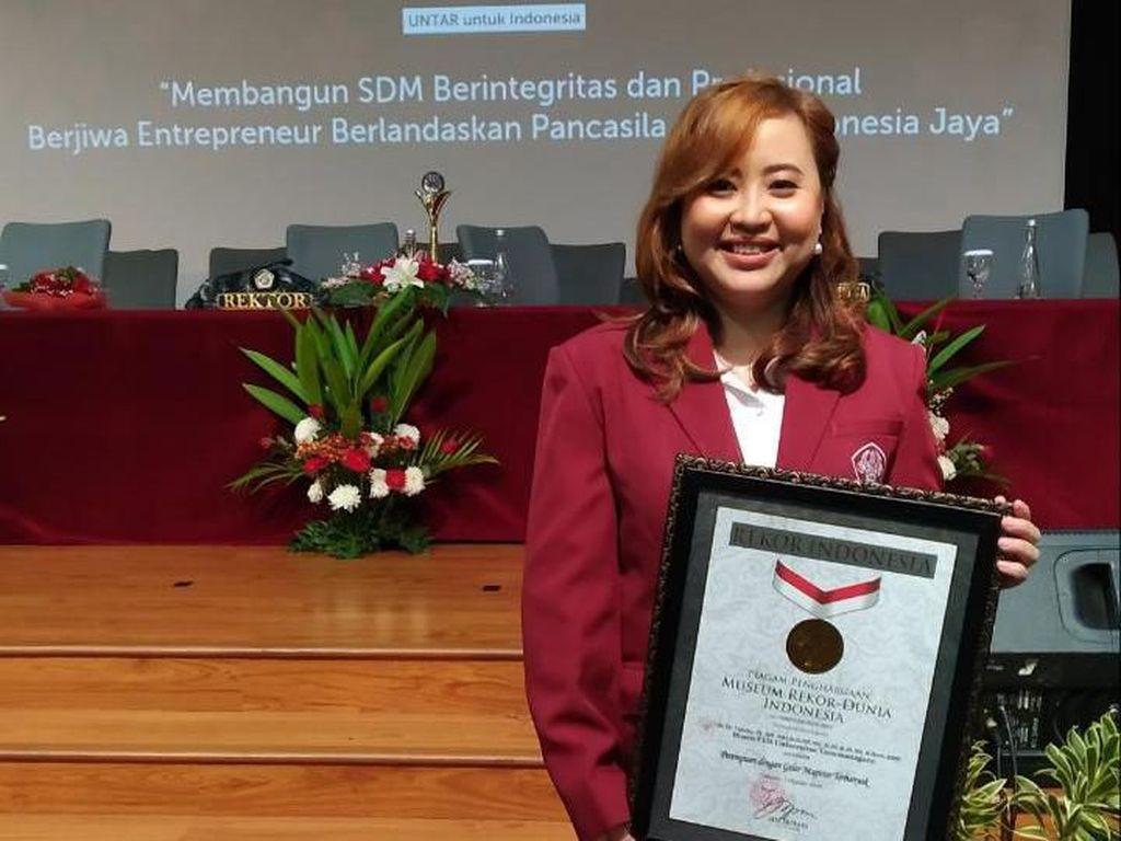 Senyum Dr Dr Yenita SE MM MBA MSi MT MH MPD MAK ME MIKOM MMSI Raih Rekor Muri
