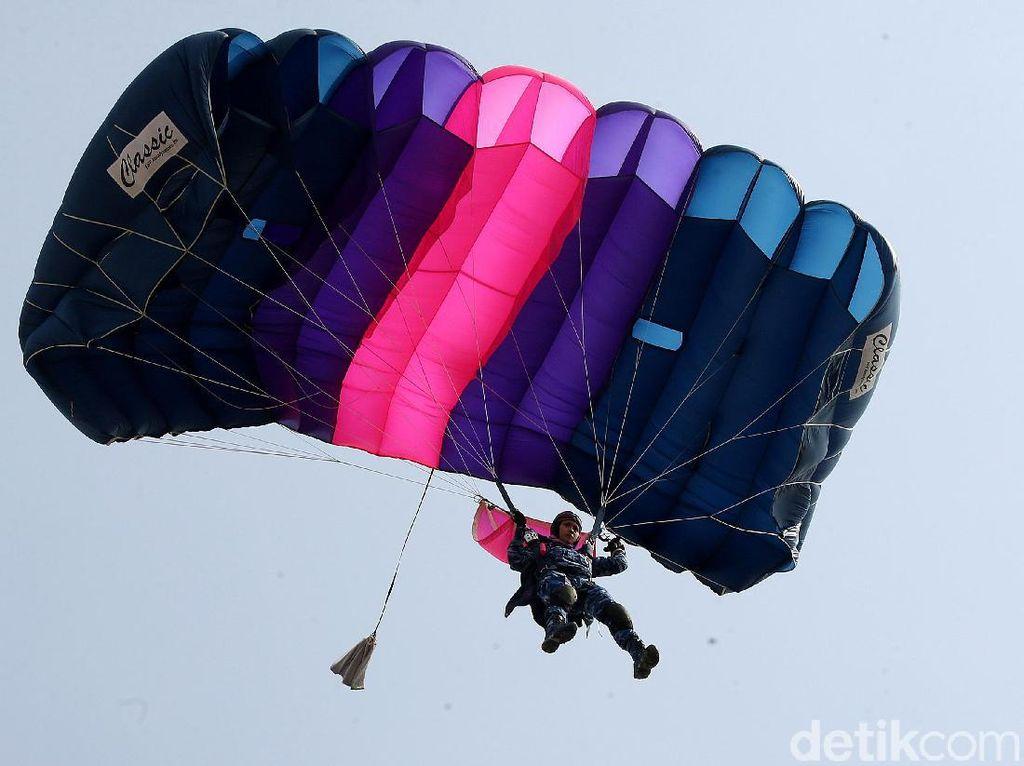 Happy Landing! Kerennya Atraksi Terjun Payung TNI