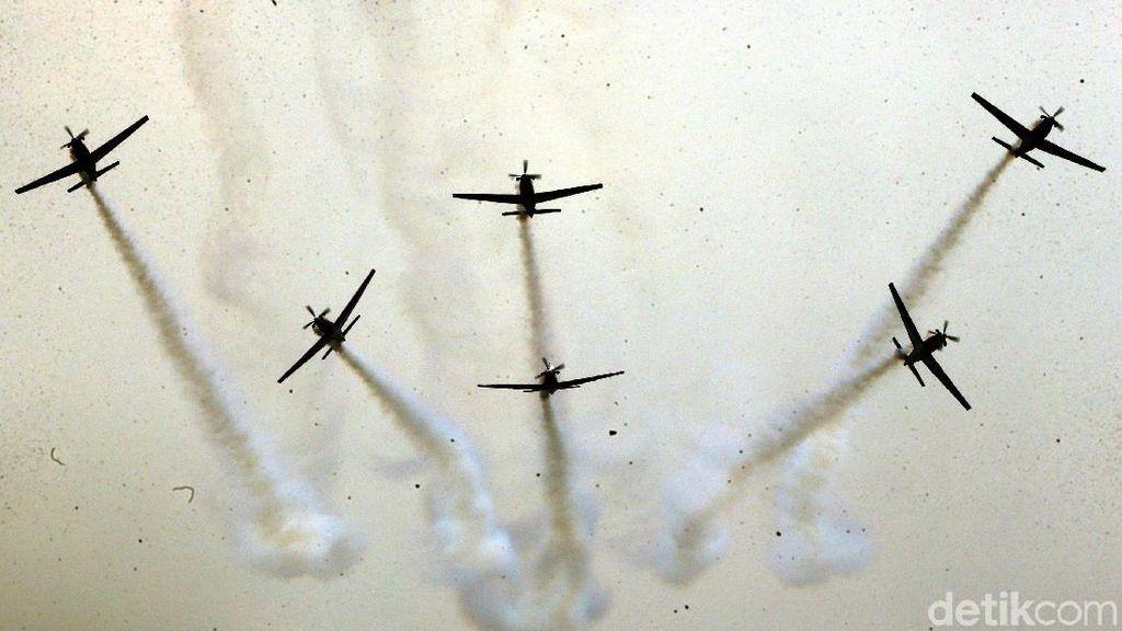 Atraksi Memukau Pesawat Tempur di HUT TNI