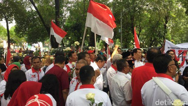 Pendukung Jokowi menggelar aksi di depan DPRD Sumut, Jl Imam Bonjol, Medan, Kamis (3/9/2019)