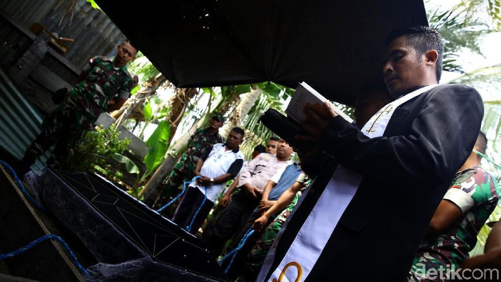 Potret Prosesi Pelepasan Jenazah di Pulau Miangas