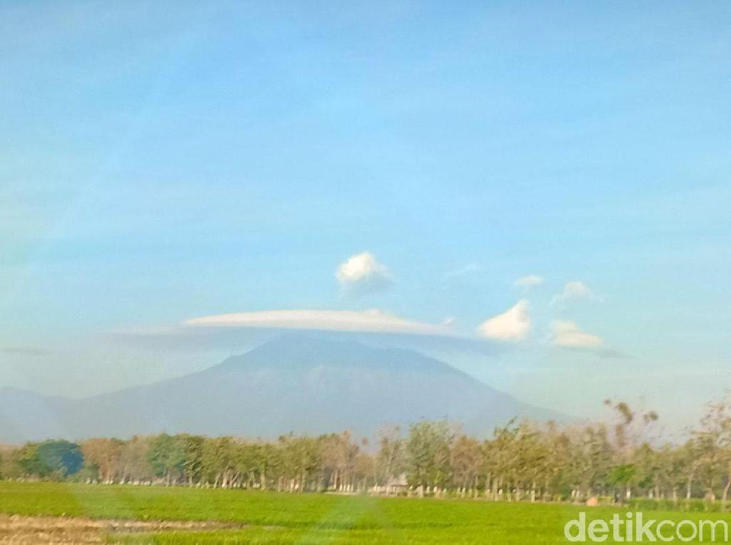 Gunung Lawu Tampak Bertopi Indah Hari ini