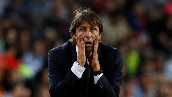 Antonio Conte menilai Inter Milan tak layak kalah dari Barcelona. (Foto: Albert Gea/REUTERS)