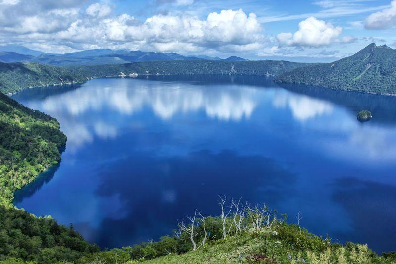 Danau mashu begitu tenang permukannya, memantulkan gumpalan awan di langit. Danau ini disebut-sebut sebagai danau terjernih di Jepang! (iStock)