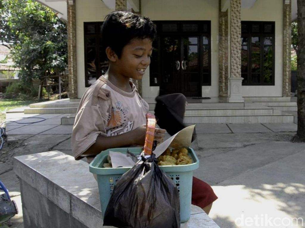 Tentang Endri, Bocah Penjual Kue Keliling yang Ingin Bertemu Ayah