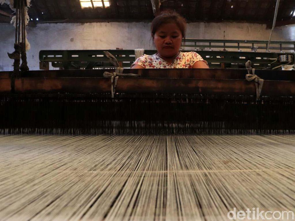 Dibayangi PHK, Buruh Pabrik Tekstil Dapat THR Lebaran?