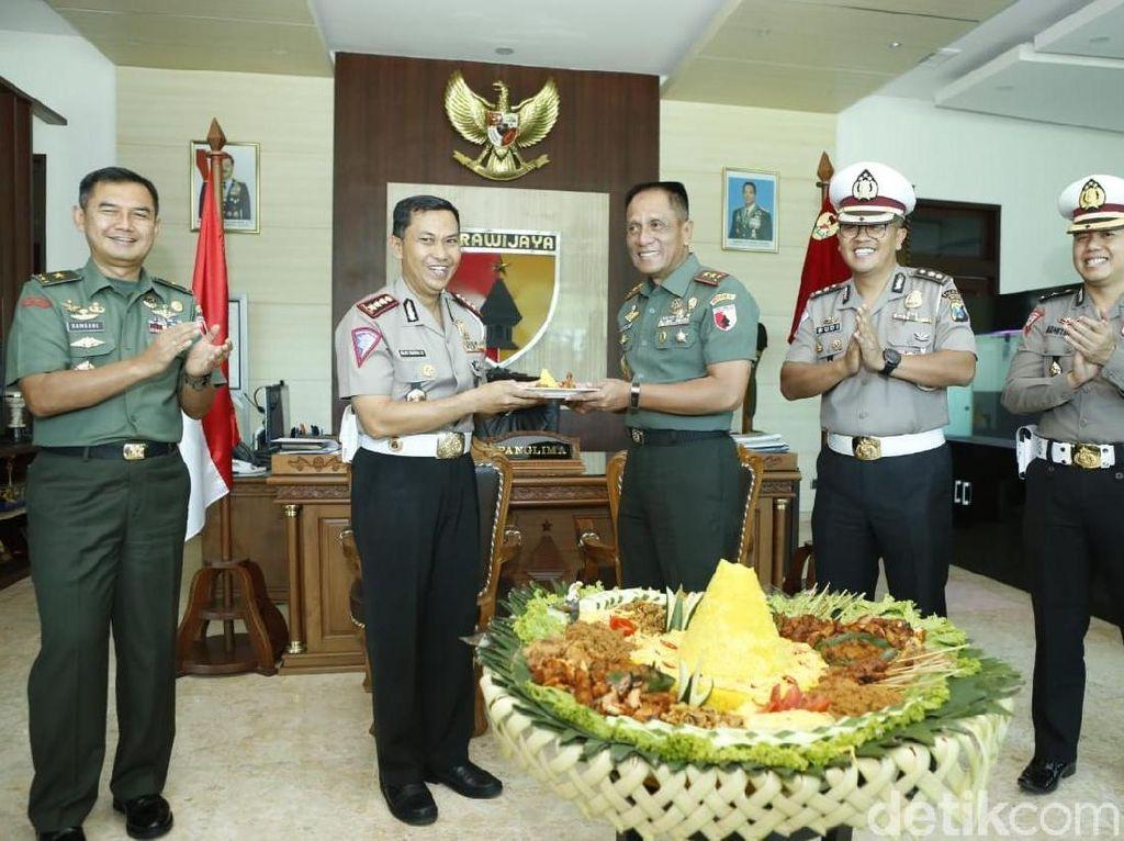 HUT ke-74 TNI, Polda Jatim Kirim 660 Tumpeng
