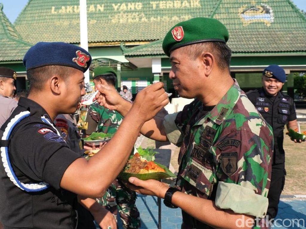 HUT TNI di Bojonegoro, Tentara dan Polisi Saling Suap Nasi Tumpeng