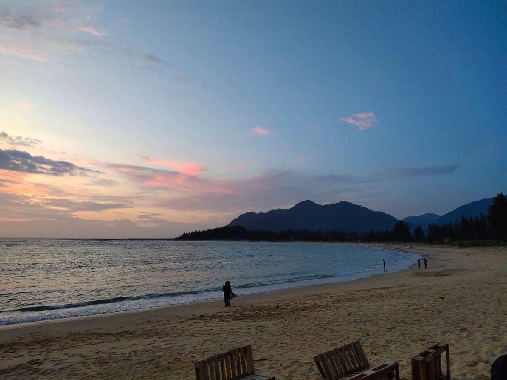 Dulu Kena Tsunami Aceh, Pantai Ini Jadi Tempat Nikmati Senja & Kopi