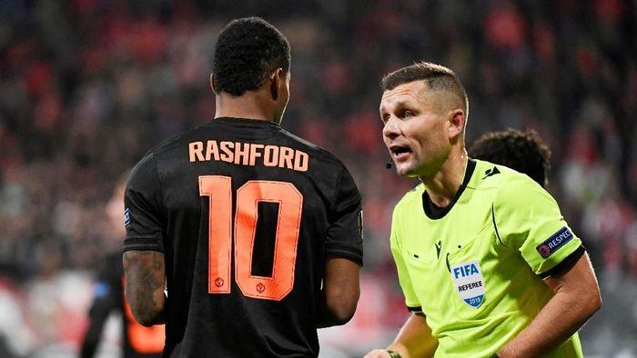 Wasit tak memberikan Man United penalti saat Marcus Rashford dijatuhkan (REUTERS/Piroschka Van De Wouw)