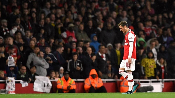 Soccer Football - Carabao Cup - Third Round - Arsenal v Nottingham Forest - Emirates Stadium, London, Britain - September 24, 2019  Arsenals Mesut Ozil looks dejected as he is substituted               Action Images via Reuters/Tony OBrien  EDITORIAL USE ONLY. No use with unauthorized audio, video, data, fixture lists, club/league logos or