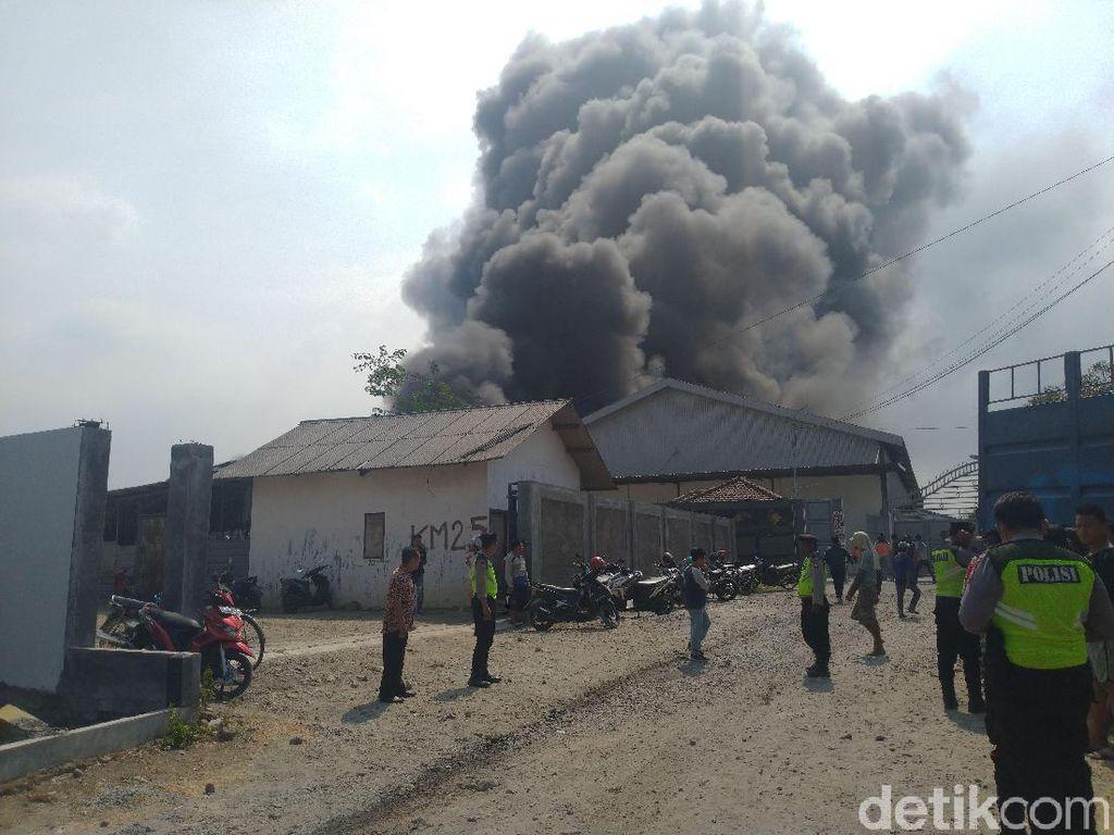 Pabrik Perabotan Rumah Tangga Terbakar, Terdengar Beberapa Ledakan