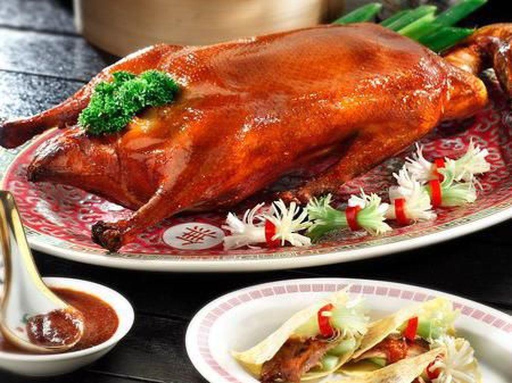 Ajak Keluarga Makan Bebek Peking Renyah Juicy di 5 Restoran Ini