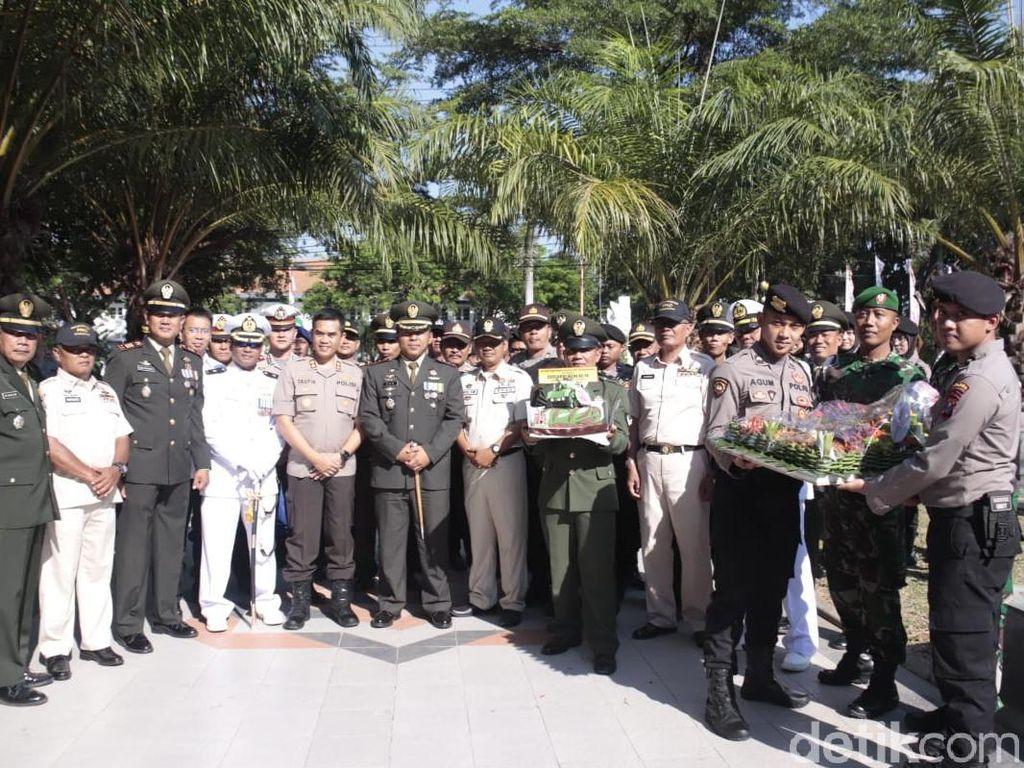 2 Peleton Pasukan Polisi Beri Kejutan Anggota TNI Saat Nyekar di TMP