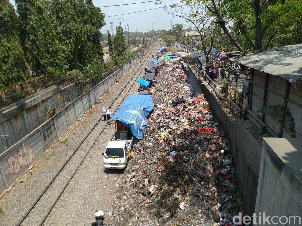 Sudah Bertahun-Tahun Sampah di Samping Rel Citeureup Tak Dibersihkan