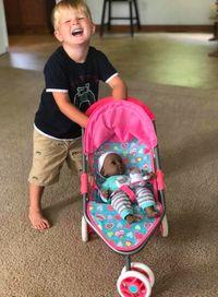 Viral foto batita laki-laki dan boneka bayi