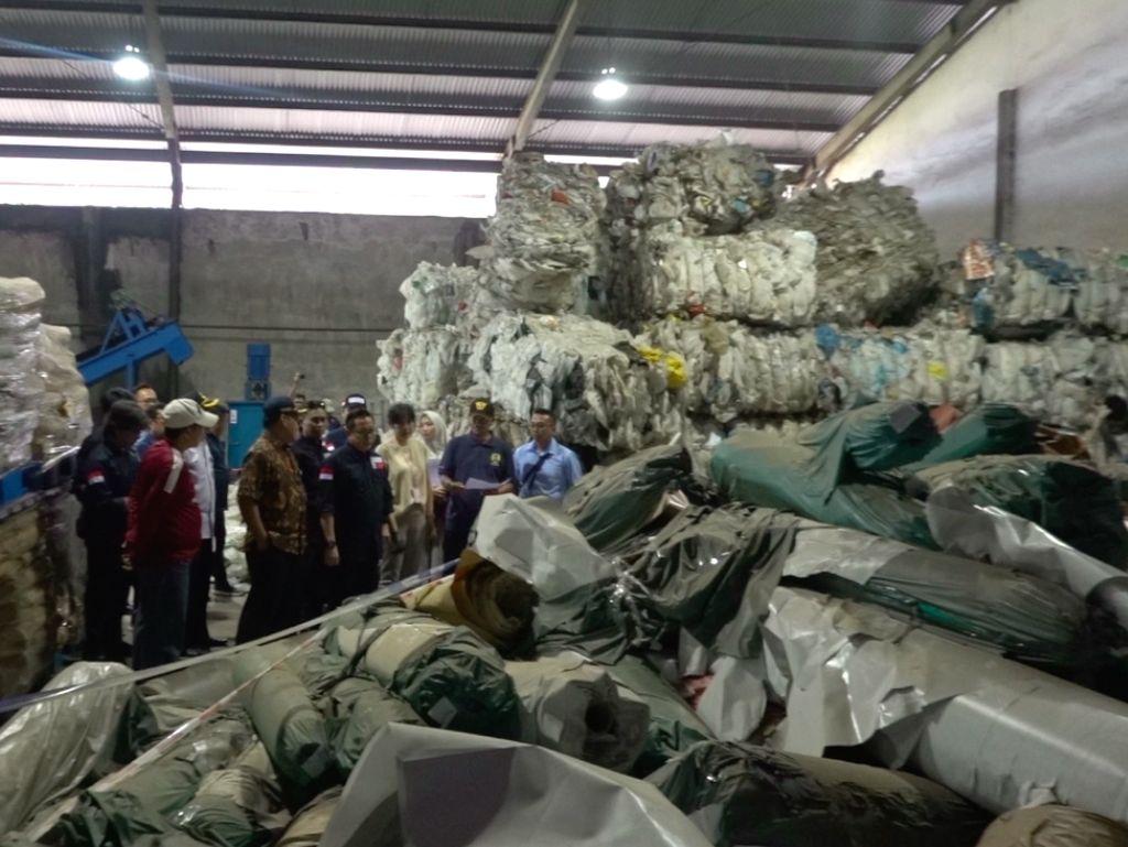 Ada 2 WN Singapura di Balik Kasus Impor Limbah 87 Kontainer