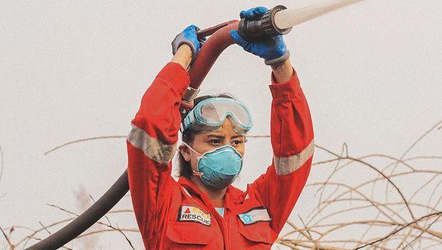 Awkarin saat menjadi relawan kebakaran hutan