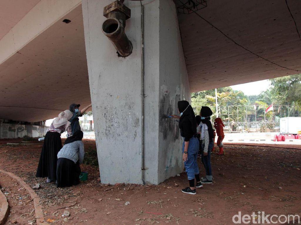 Keren! Para Pelajar Bersihkan Sisa-sisa Vandalisme di Senayan