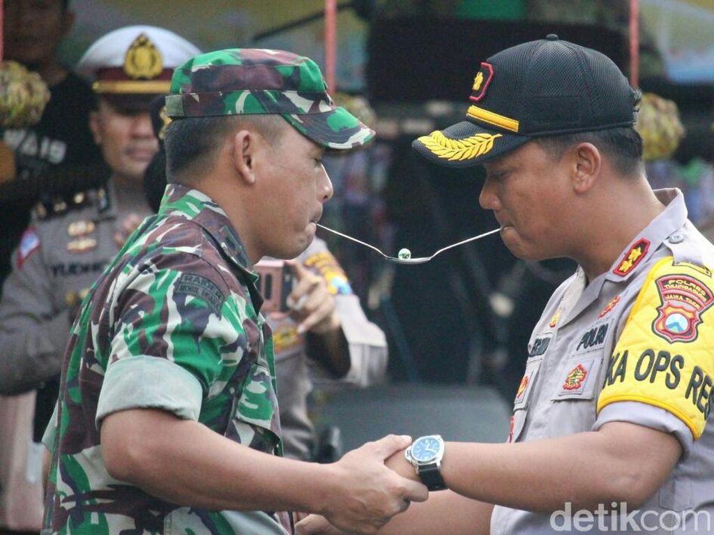 Rayakan Hari Jadi, TNI di Tulungagung Ajak Polisi Main Permainan Tradisional