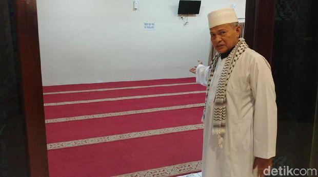 Iskandar menunjuk ke arah latar putih yang diduga jadi latar yang ada di video Ninoy yang viral