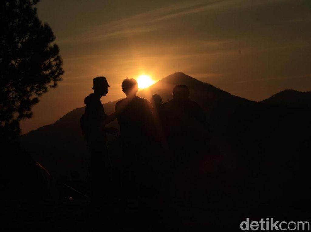 Foto: Tempat Berburu Sunrise Paling Hits di Lembang
