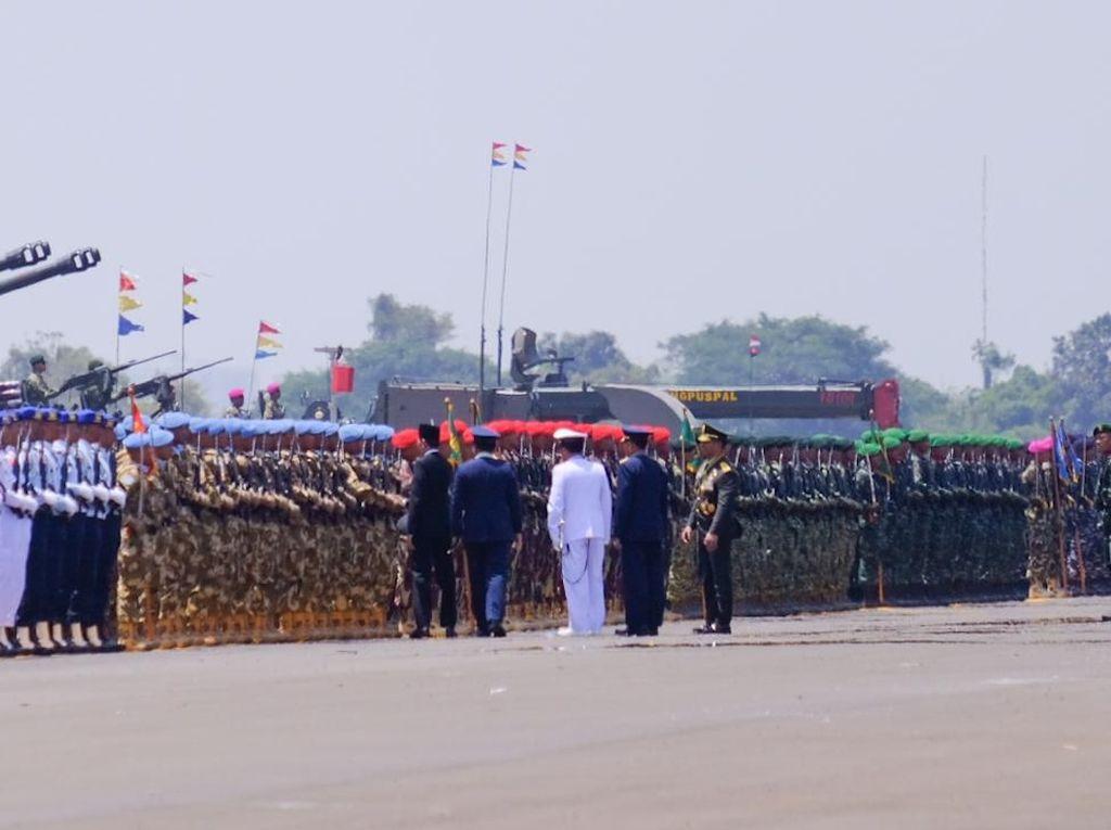 Usai Upacara HUT TNI, Jokowi Salami Prajurit