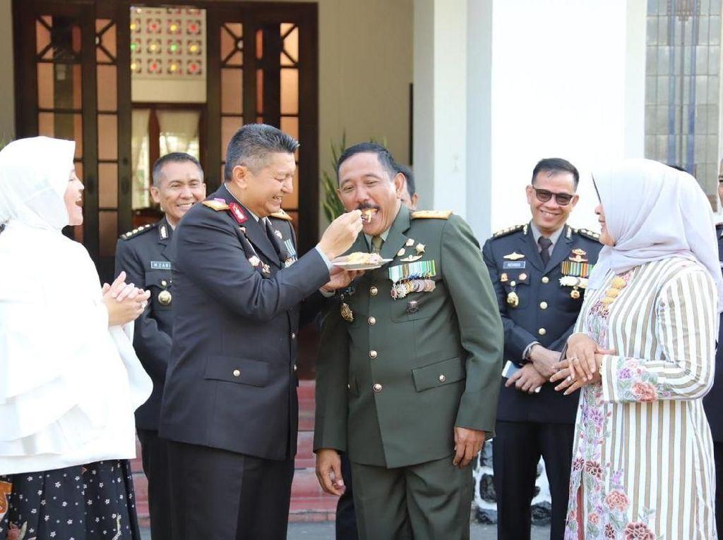 Beri Kejutan HUT TNI, Kapolda Jateng Suapi Pangdam IV Diponegoro