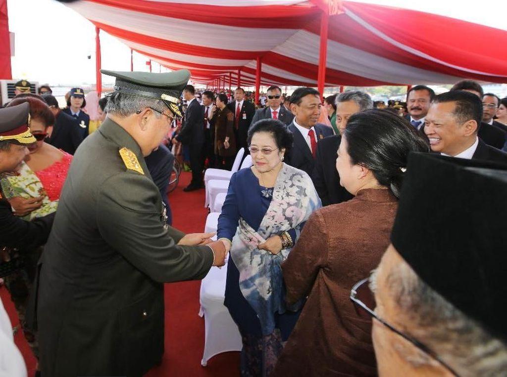 Potret SBY di HUT TNI: Salaman dengan Megawati hingga Jokowi