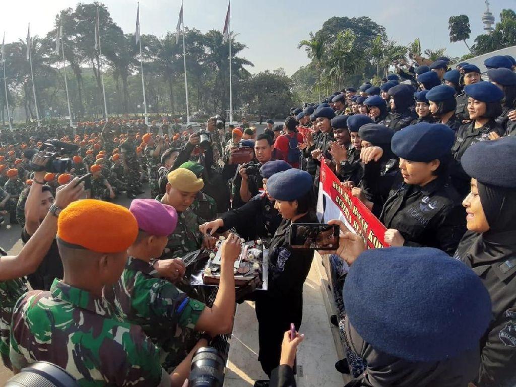 Saat Brimob Beri Kejutan Kue Ultah ke Prajurit TNI di DPR
