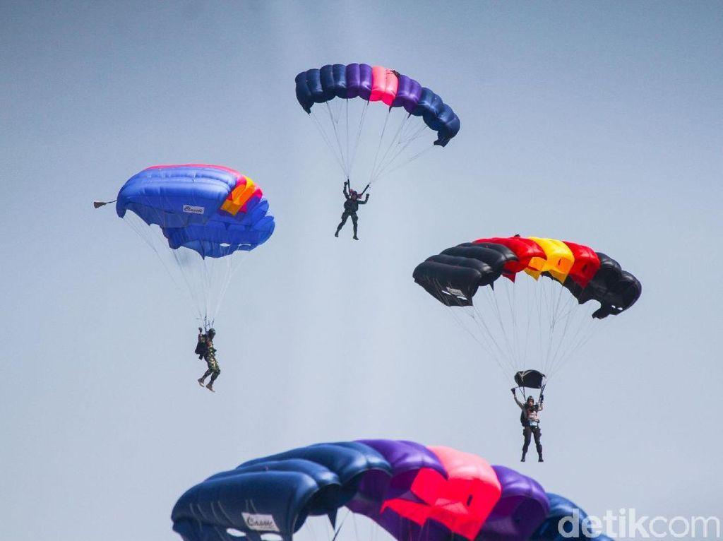 Aksi Terjun Payung Meriahkan Peringatan HUT TNI
