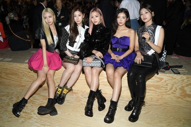 ITZYSalah satu girl band Korea yang tengah naik daun juga diundang dalam gelaran Paris fashion week. Adalah ITZY yang populer dengan lagu Dalla Dalla. Datang ke fashion show Louis Vuitton, keempat wanita cantik itu mengenakan dress hingga jaket yang dipadukan dengan sepatu boots. (Foto: Pascal Le Segretain/Getty Images)