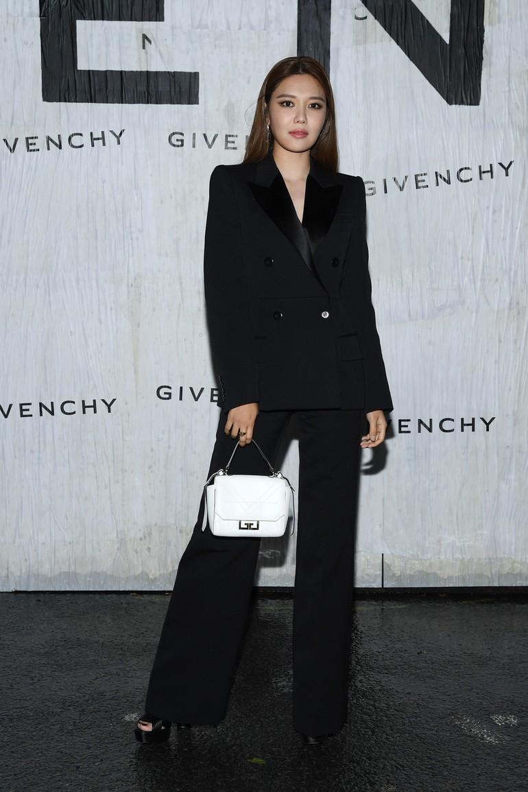 Soo Young SNSDAdapun Soo Young, personel SNSD yang menghadiri acara Givenchy. Berbeda dengan kebanyakan juniornya, ia tampak lebih elegan dengan blazer dan celana panjang serba hitam. (Foto: Instagram)